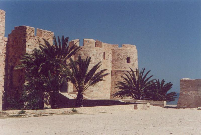 Un h tel pas cher djerba ville de forteresses for Meuble chateau fort tunisie