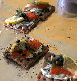 Gravlax_on_crackers